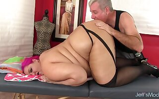 Big n bulky BBW Sara Star gets her back massaged with oil